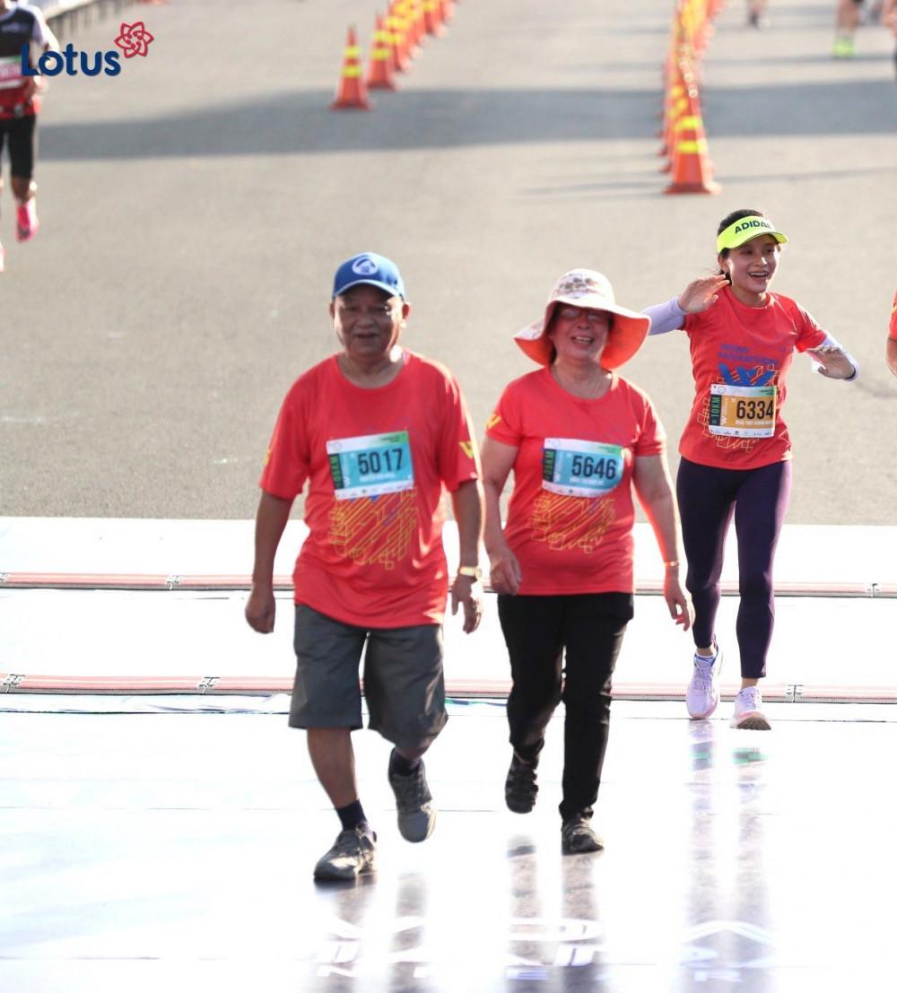 Cha mẹ chồng chị Khánh Chi trên đường chạy Marathon