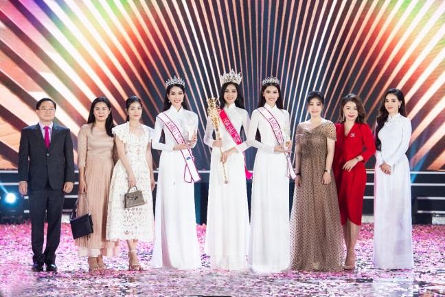 Đại diện Sâm Ngọc Linh Kon Tum K5 chúc mừng hoa hậu Đỗ Thị Hà trong đêm đăng quang. Ảnh: Sâm Ngọc Linh Kon Tum K5 cung cấp