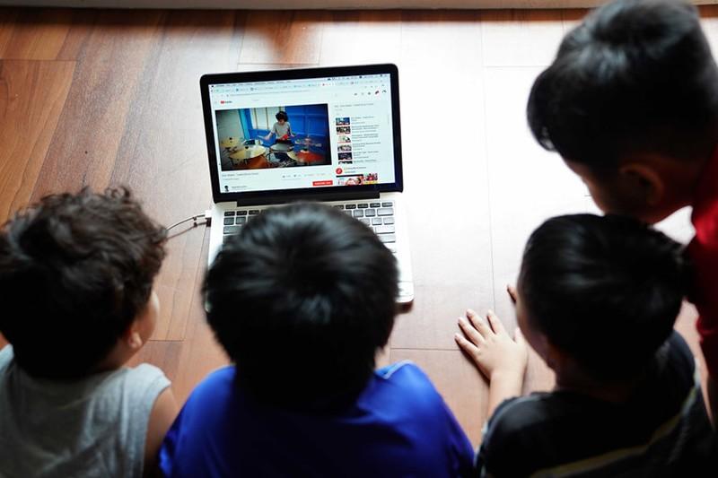 Mọi đứa trẻ đều có quyền được tiếp cận thông tin từ Internet, quan trọng là cha mẹ phải biết cách giám sát và hướng dẫn con để tránh nguy hiểm. Ảnh: Internet