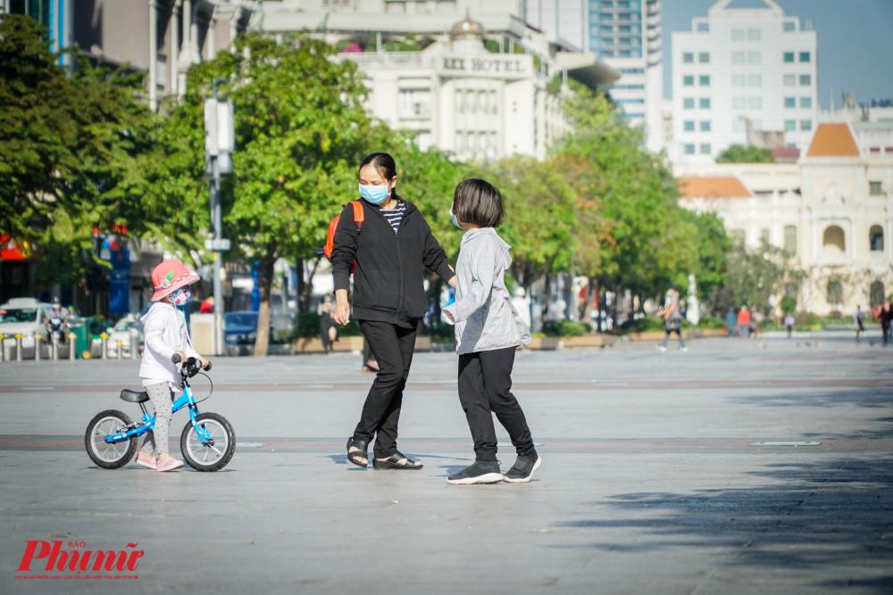 Một gia đình nhỏ xuống phố với chiếc khẩu trang