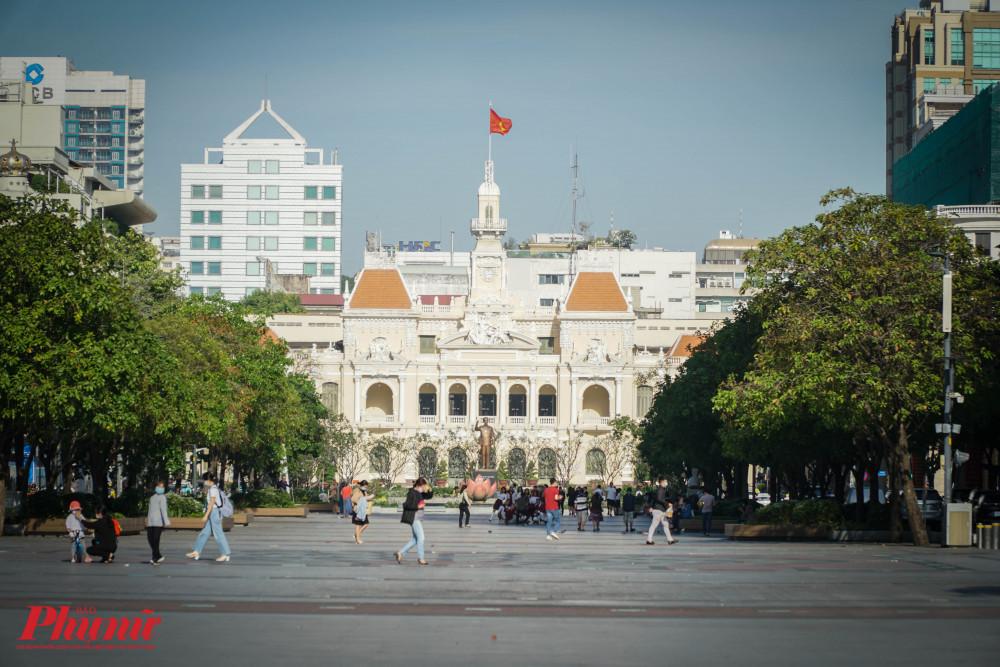 Đường đi bộ Nguyễn Huệ sáng nay đã vắng người dân đến vui chơi