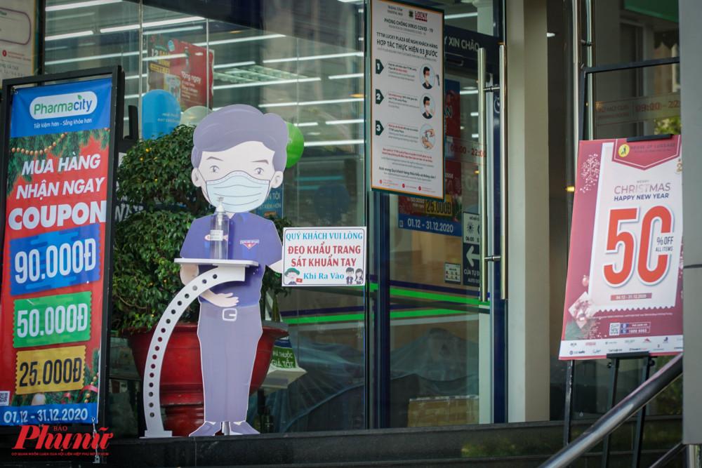 Các thống báo, biểu ngữ kêu gọi người dân đeo khẩu trang, rửa tay diệt khẩu xuất hiện nhiều hơn tại các cửa hàng vào những ngày gần đây.