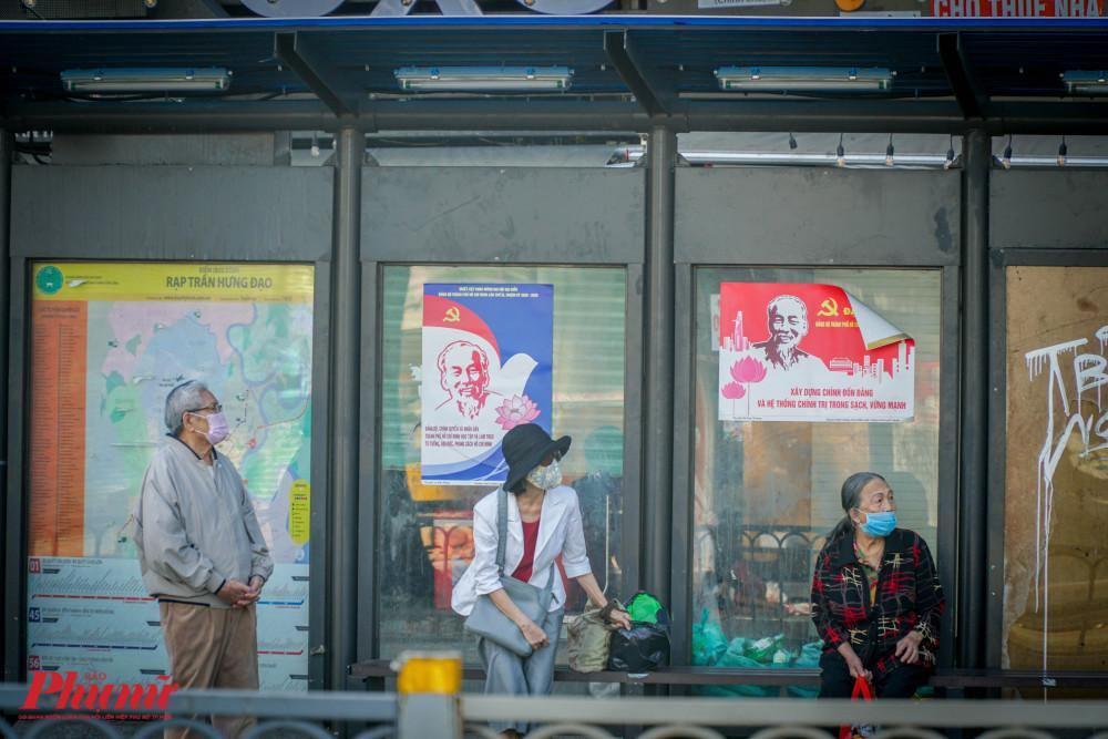 Tại các nhà chờ xe buýt, người dân ngồi giãn cách và luôn đeo khẩu trang