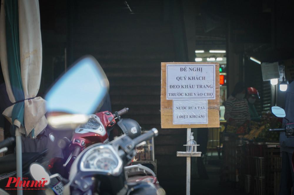 tại các khu chợ đã đặt biển báo đề nghị người dân đeo khẩu trang và rửa tay diệt khuẩn trước khi vào chợ.