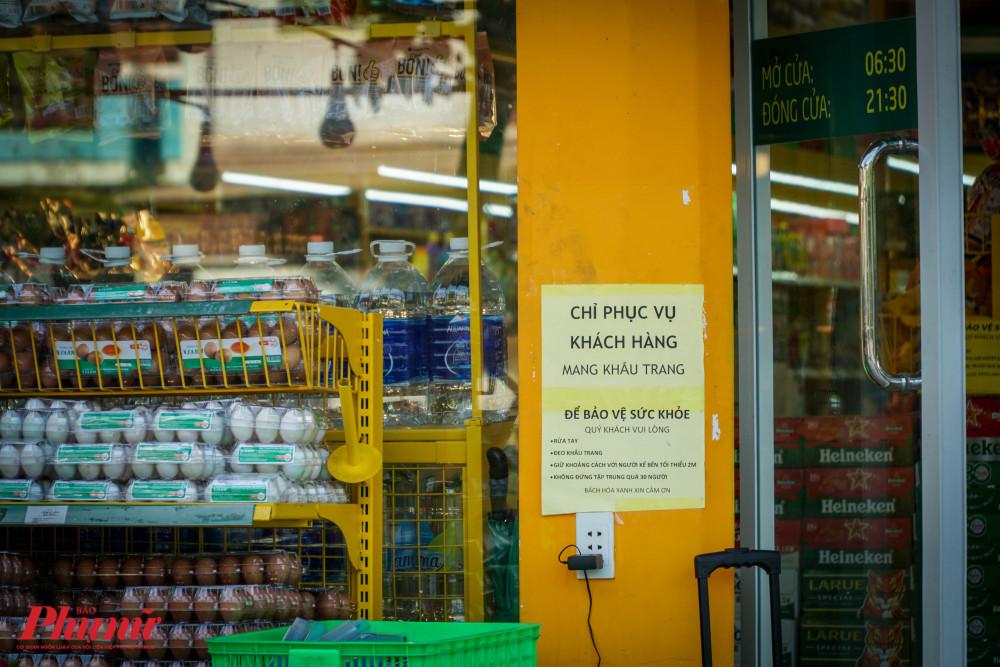 Các cửa hành tiện lợi đã chủ động có những thông báo đề nghị người dân đoe khẩu trang khi ra vào cửa hàng