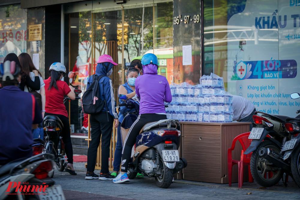 Tại một góc nhỏ trên đường Trần Hưng Đạo (Quận 1), điểm bán khẩu trang được nhiều người tìm đến mua. thoe người bán, khẩu trang tại đây được kiểm định đầy đủ tiêu chuẩn và bán với giá 35.000 đồng/hộp