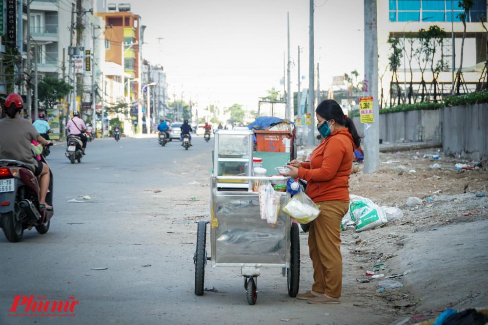 Các tiểu thương kinh doanh thức ăn nhanh ngoài lề dường cũng đã tự trang bị khẩu trang cho riêng mình