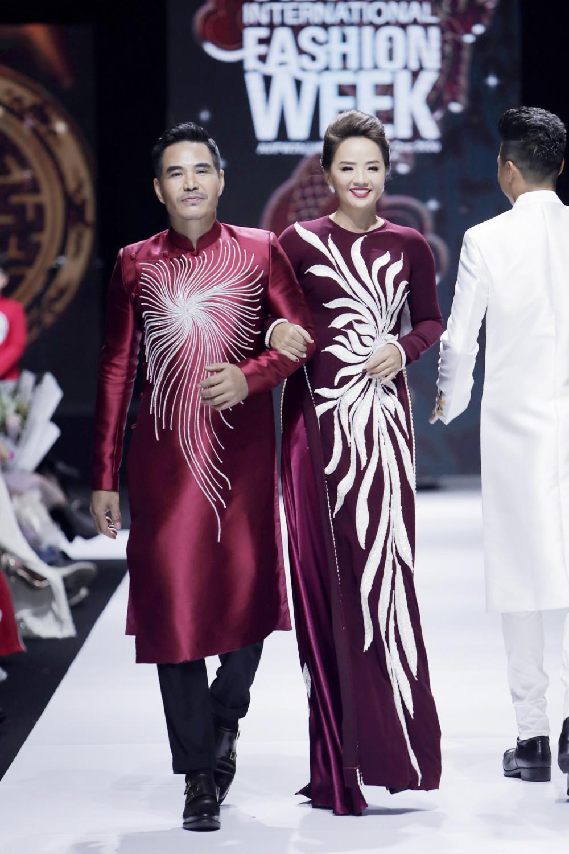 Nghệ sĩ Trung Dũng và Hoài An cũng tham gia trình diễn trong phần mở màn.