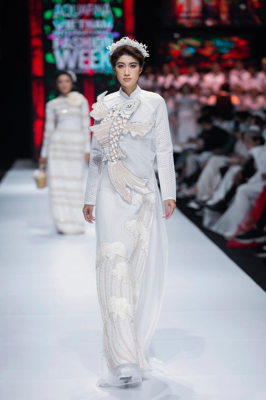 Các thiết kế đều được cách điệu nhẹ ở phần tay, cổ hoặc gắn những chi tiết cầu kỳ như: hồng hạc, song ngư, long phụng gắn liền với văn hoá Việt.
