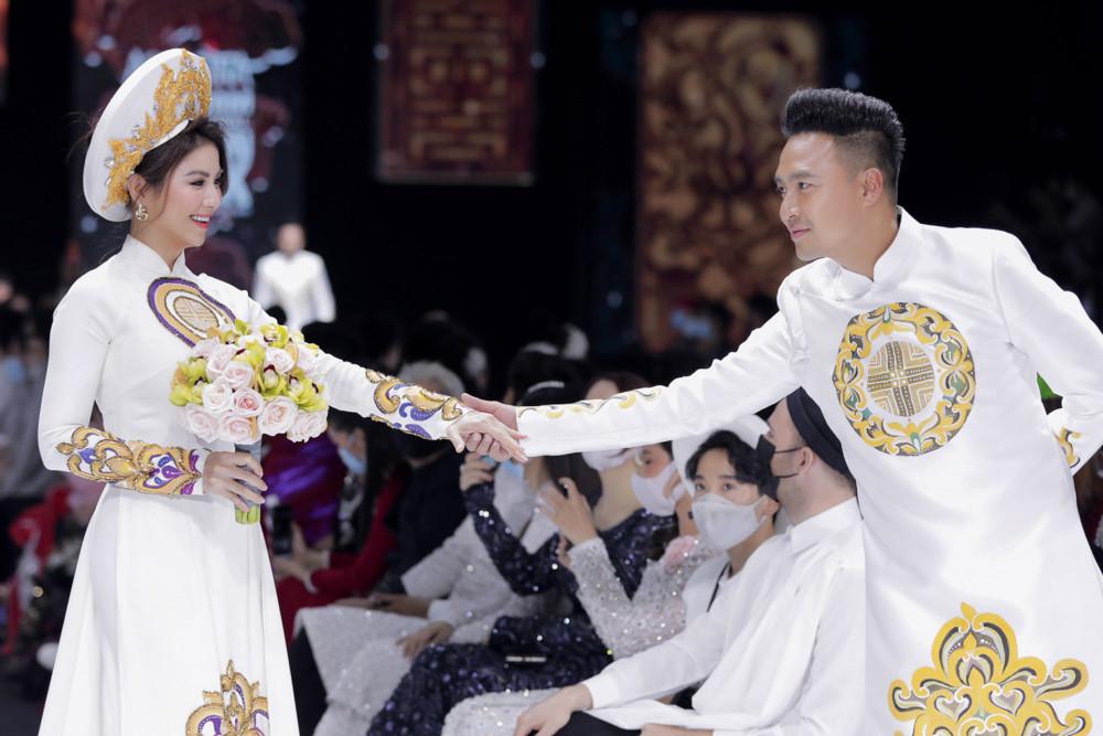 Vợ chồng Thanh Duy - Kha Ly thể hiện sự vui tươi của đôi vợ chồng trong ngày cưới.