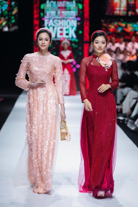 Với BST lần này, NTK Minh Châu muốn tái hiện chiếc áo dài gắn liền với con người Việt Nam trong nhiều hoạt động đời sống, đặc biệt trong phong tục cưới hỏi. 'Áo dài và người Việt Nam sinh ra là dành cho nhau', anh nói.