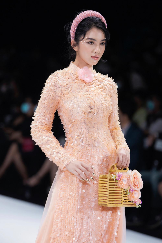 Một số phụ kiện như giỏ tre, mây... di kèm góp phần tăng thêm sự duyên dáng cho trang phục.
