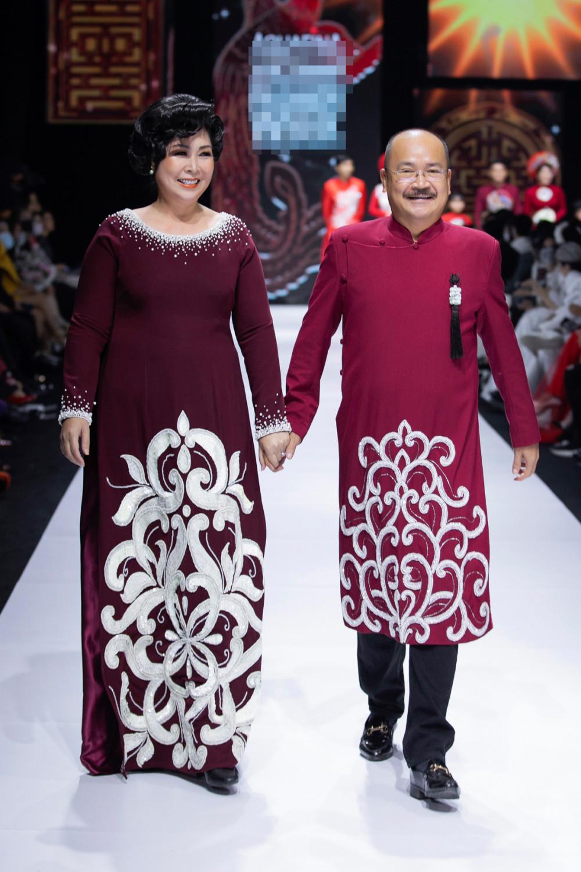 Tối 5/12, NTK Minh Châu giới thiệu BST áo dài mới mang tên Kim lang, trong khuôn khổ Tuần lễ Thời trang Quốc tế Việt Nam 2020. NSND Hồng Vân và nghệ sĩ Hoàng Sơn là hai trong những người mẫu mở màn. Cả hai diện áo dài với sắc đỏ