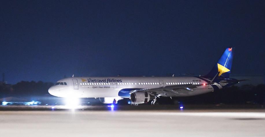 Chiếc máy bay Airbus A321CEO đầu tiên của hãng hàng không Vietravel Airlines đáp xuống sân bay Tân Sơn Nhât (TPHCM) rạng sáng 5/12. Ảnh: Vietravel Airlines