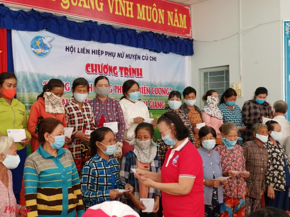 Hội LHPN huyện Củ Chi cùng cán bộ Hội hưu tặng quà cho phụ nữ vùng biên tại tỉnh An Giang