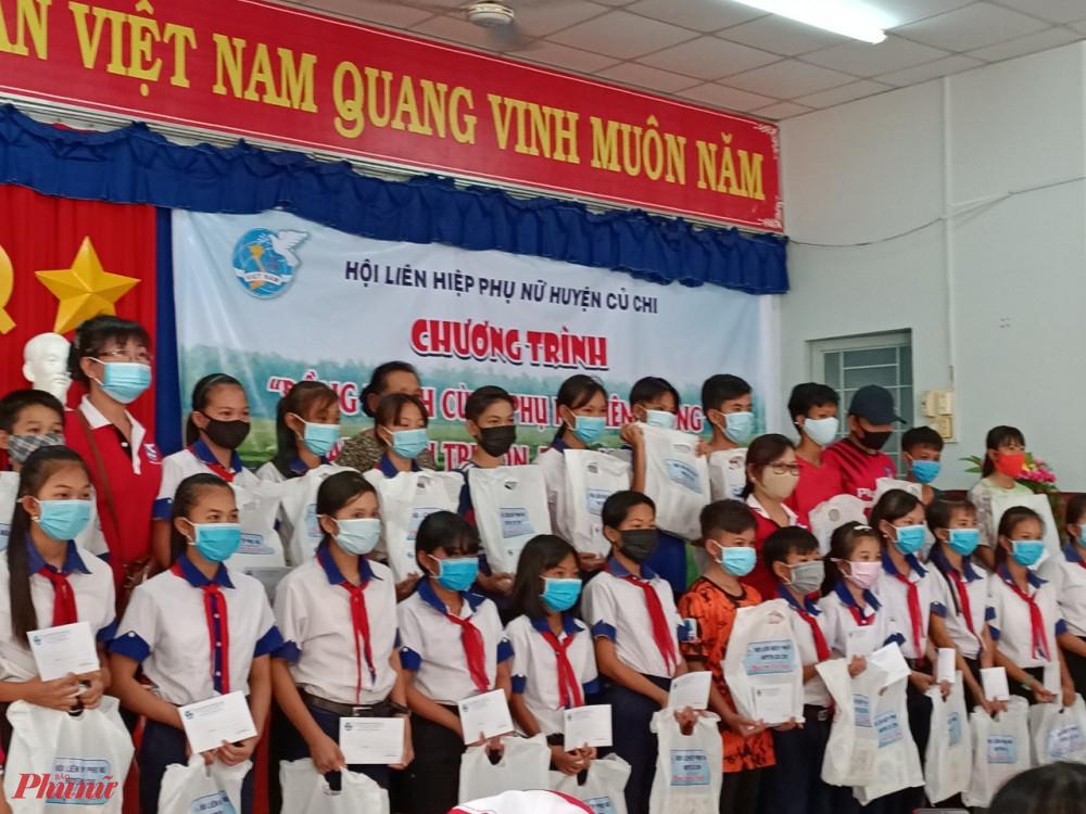 Tặng học bổng đến học sinh vượt khó tại Tỉnh An Giang