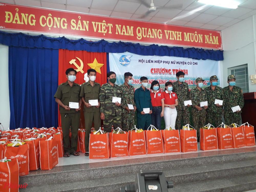 Hội LHPN huyện tặng 10 phần quà cho chốt phòng, chống dịch trên địa bàn Tỉnh An Giang