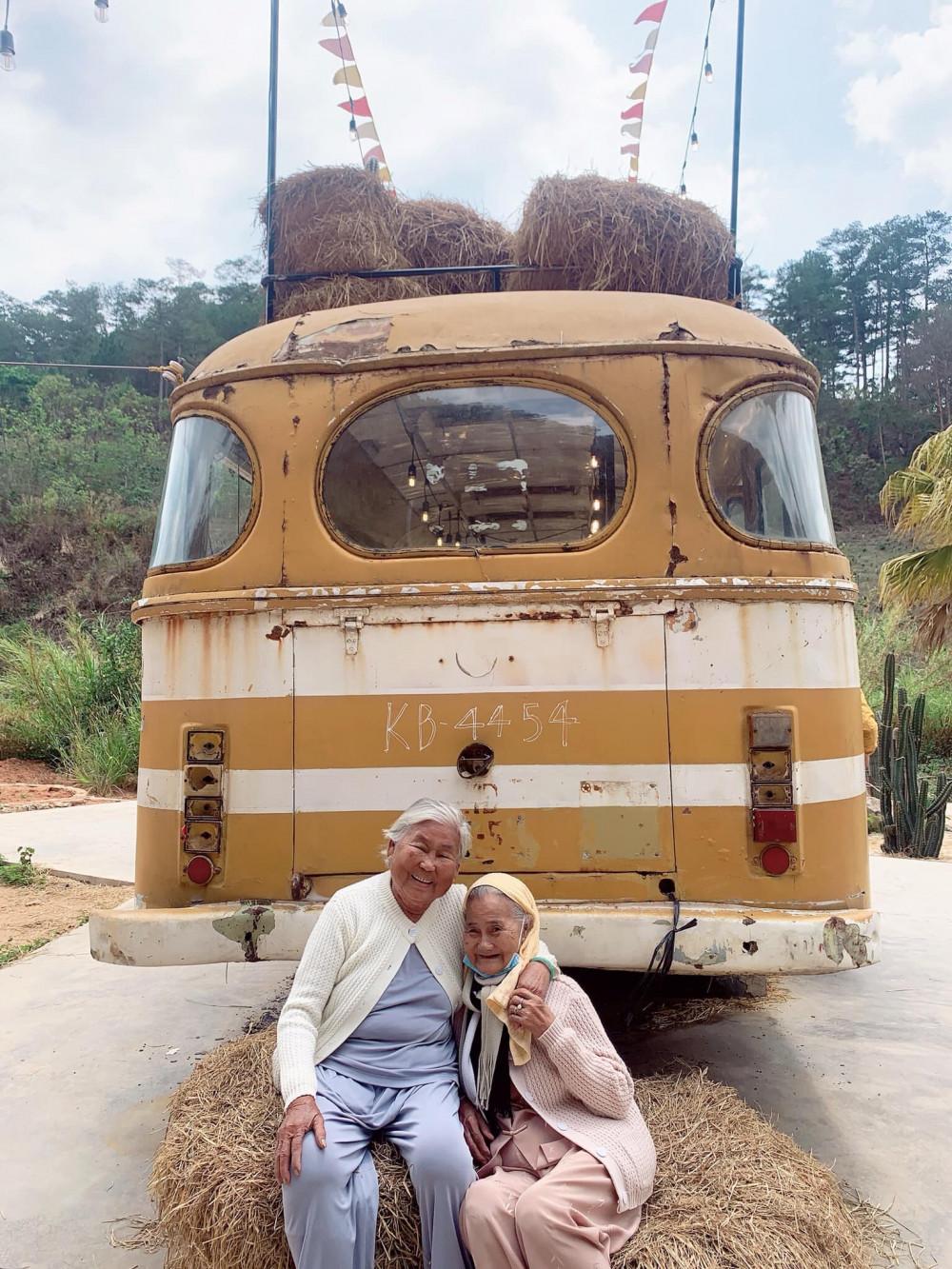 Có tri kỷ dắt nhau du lịch khi tuổi xế chiều thế này, tuổi tác chẳng gây sợ hãi. Ảnh: Internet