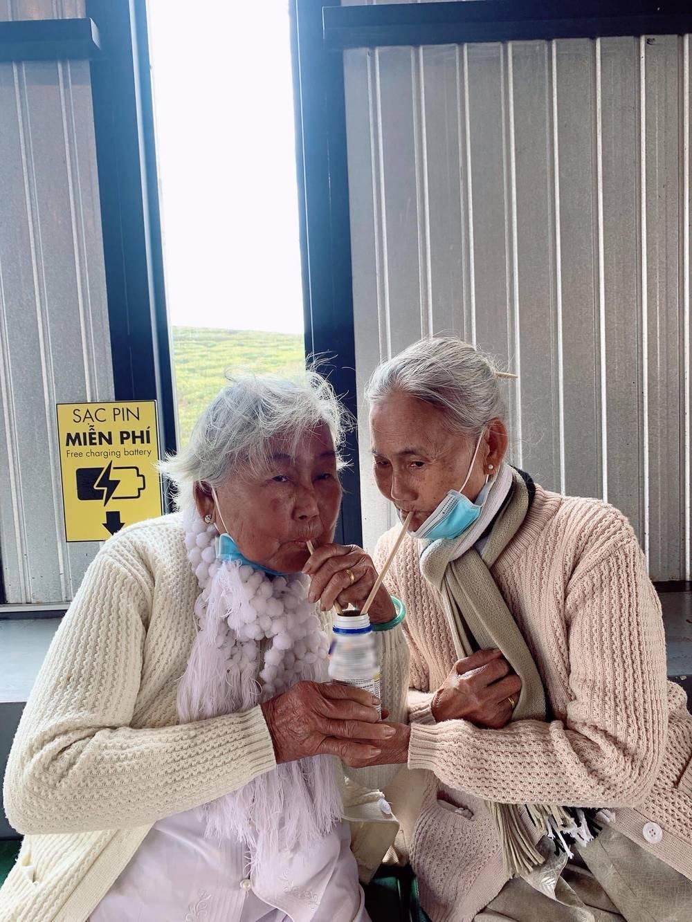Cùng chia sẻ niềm vui khi về già, tận hưởng cuộc sống, còn gì quý giá hơn? Ảnh: Internet