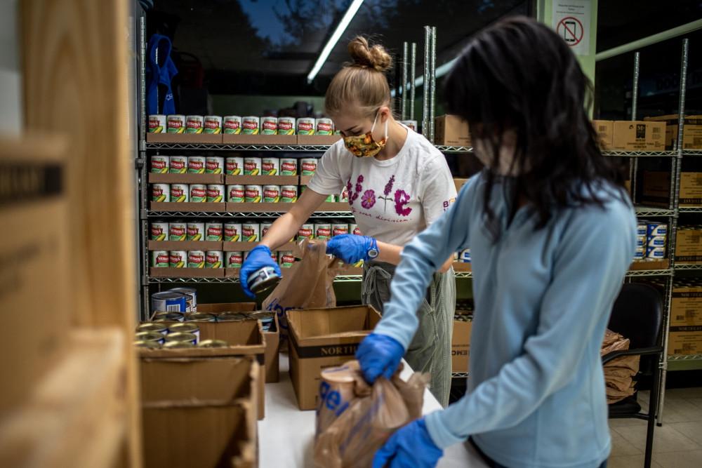 Các tình nguyện viên chuẩn bị trước giờ phát thực phẩm từ thiện tịa một địa điểm ở Houston, bang Texas.