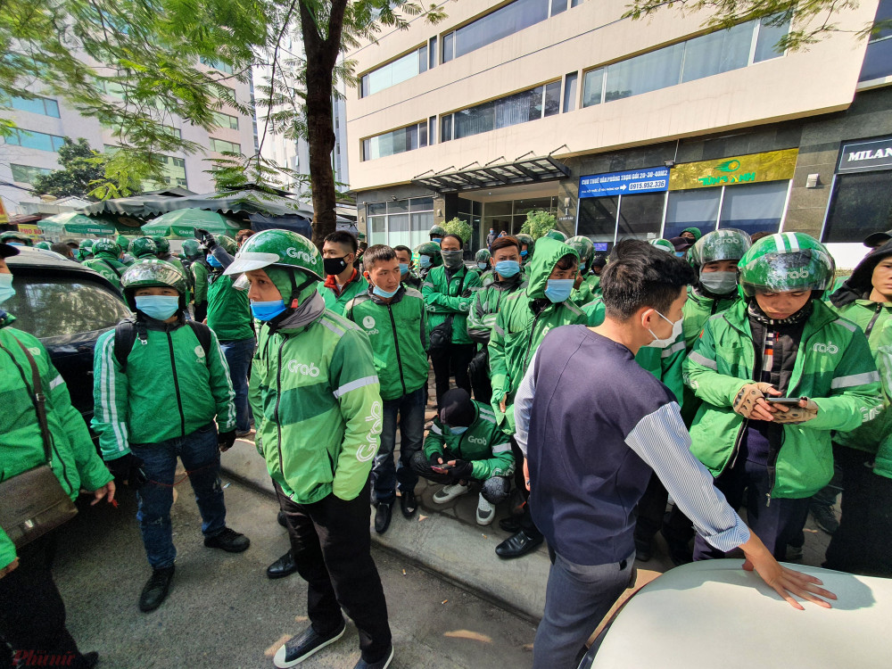 Nhóm các tài xế đứng kín hai bên đường trước cổng trụ sở Grab tại ngõ 97 Duy Tân (phường Dịch Vọng).