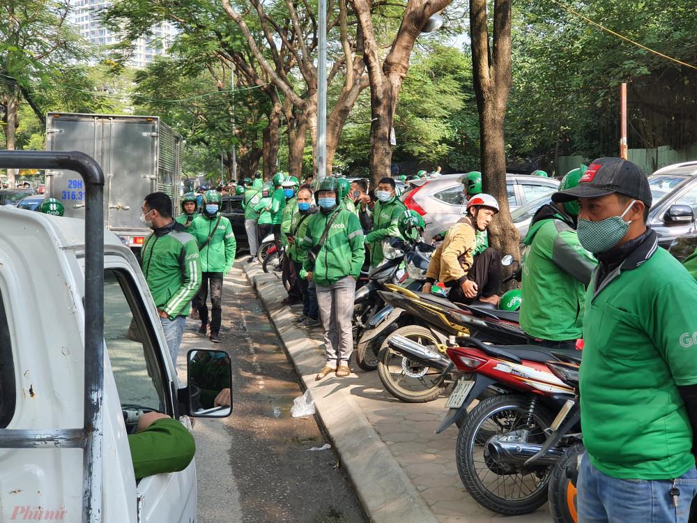 Hàng trăm tài xế đã tập trung trước cổng trụ sở Grab.