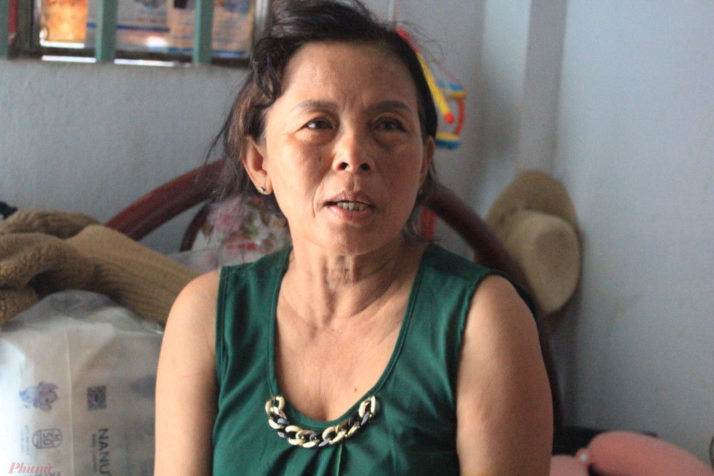 Ngồi trong căn phòng trọ, bà Bé kể lại những ngày rong ruổi tìm con trai mất tích