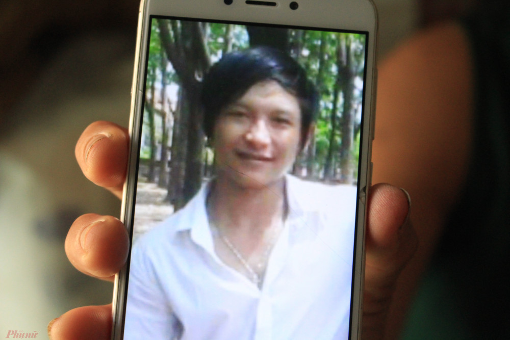 Bà cầm điện thoại xem tời xem lui tấm hình một người đồng nghiệp của Huyền Anh gửi. Thời điểm chụp ảnh này là năm 2018.