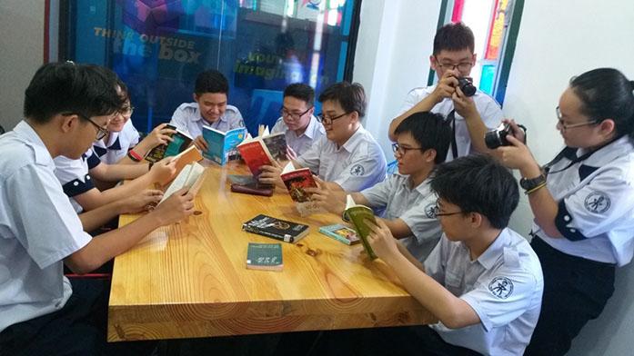 Học sinh Trường THPT chuyên Trần Đại Nghĩa đọc sách tại thư viện thông minh