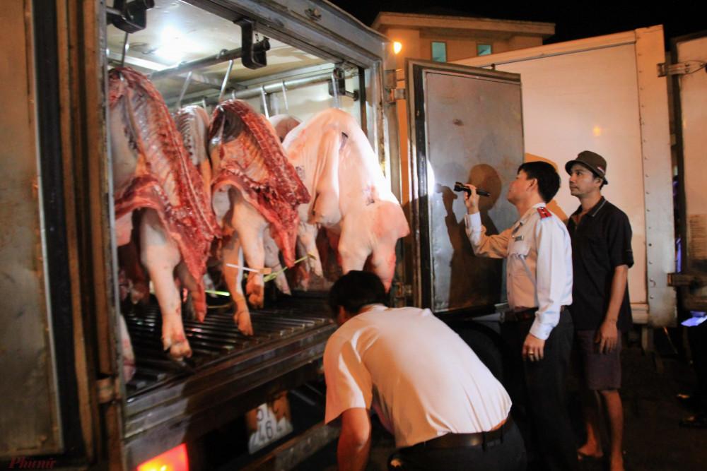 Ban ATTP TPHCM kiểm tra thịt heo trước khi nhập chợ đầu mối Hóc Môn. Ảnh: Quốc Thái