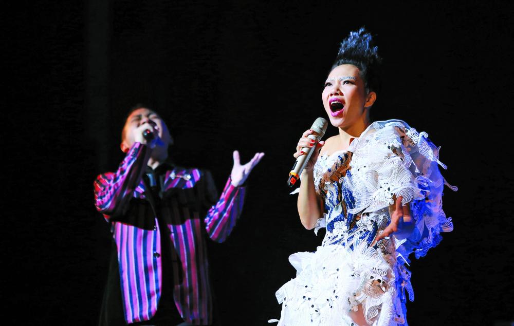 Bao năm qua, Hà Trần luôn tạo nên sức hút mãnh liệt mỗi lần xuất hiện trên sân khấu ảnh: internet