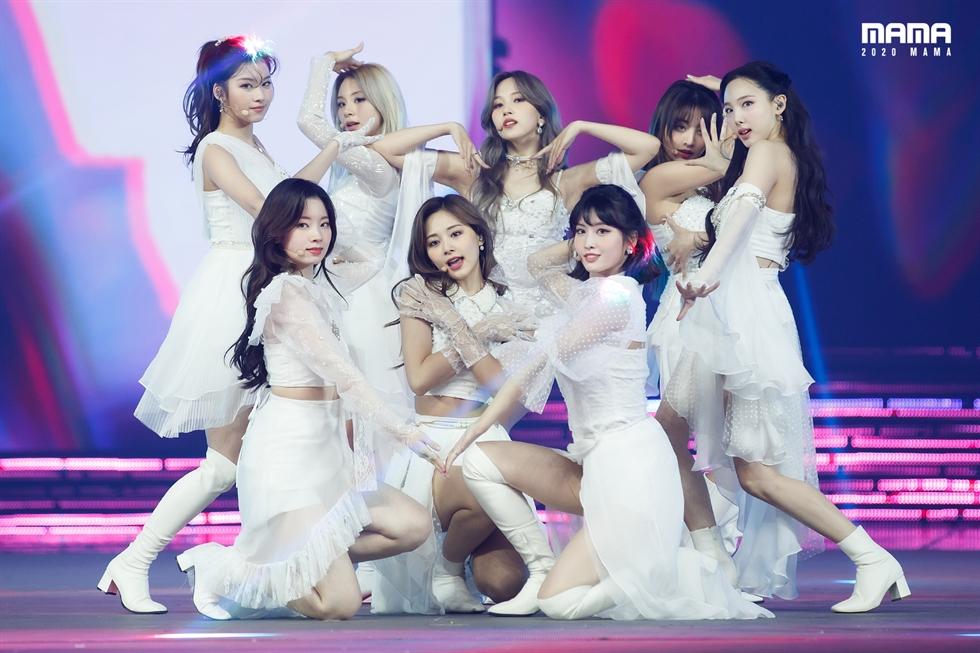 Nhóm nhạc nữ K-pop TWICE đã biểu diễn tại MAMA