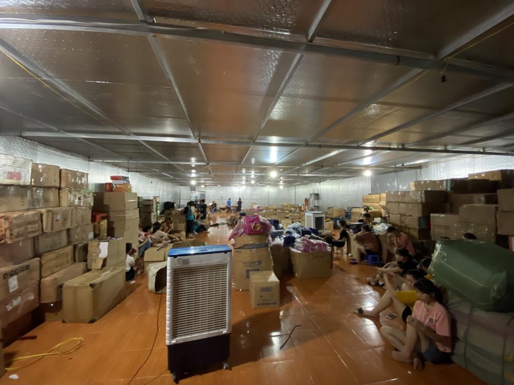 Tổng kho hàng lậu rộng 1 ha tại Lào Cai chỉ bán qua livestream nhưng doanh thu hai năm nay lên tới 650 tỷ đồng - Ảnh QLTT