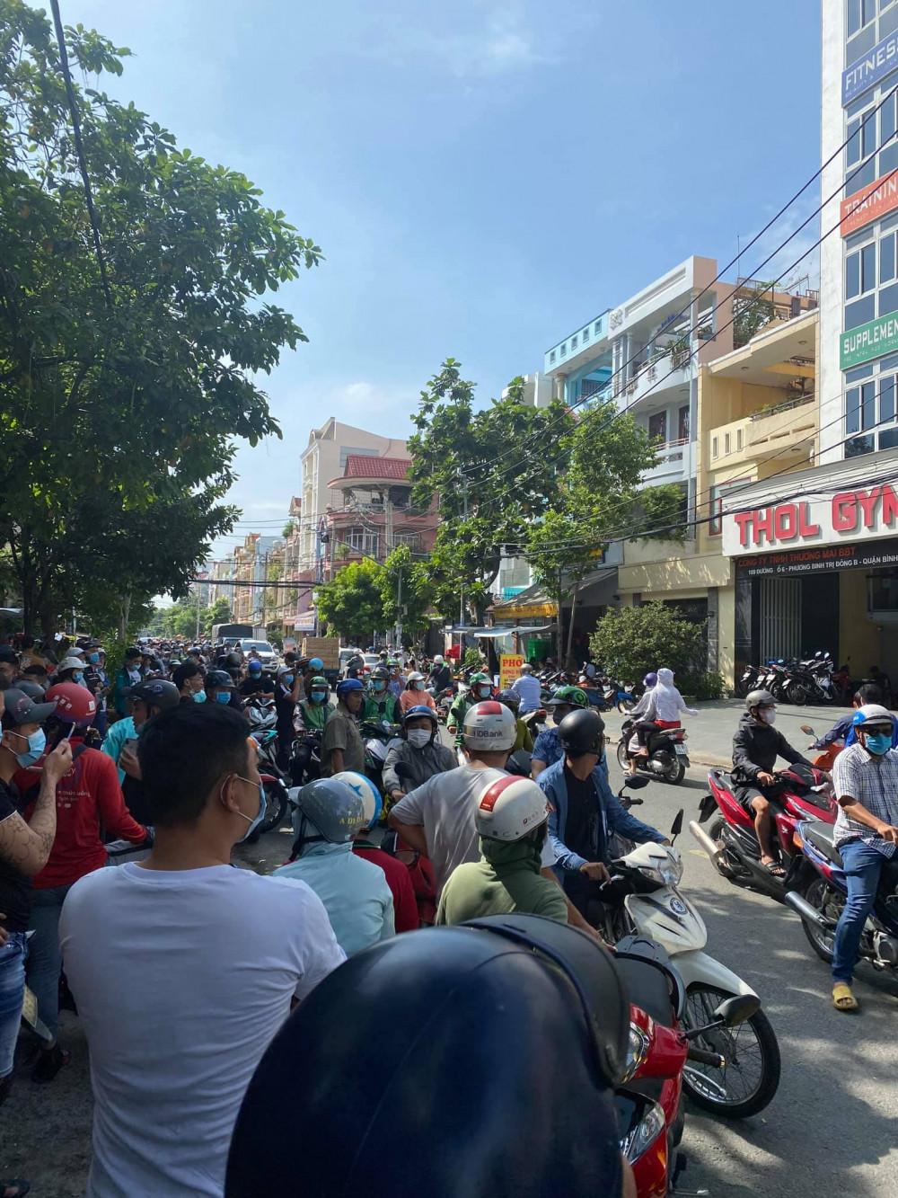 Đám đông tập trung từ sớm để theo dõi vụ việc