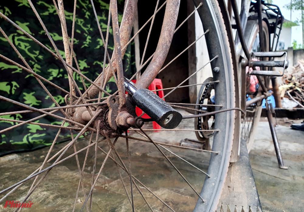 Chiếc xe đạp cũ kỹ cũng được khóa cẩn thận phòng Tú đạp xe bỏ đi