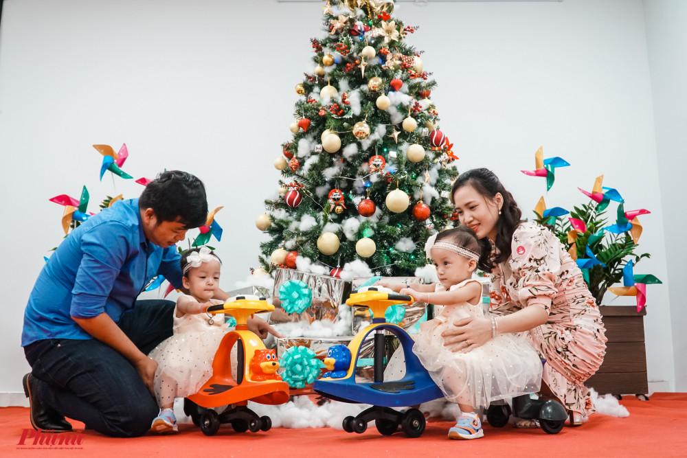 Gia đình vui vẻ chụp ảnh giáng sinh cùng nhau