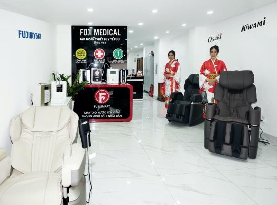 Khu vực trưng bày ghế massage và máy lọc nước ion kiềm tại văn phòng Fuji Medical Việt Nam. Ảnh: Fuji Medical Việt Nam cung cấp