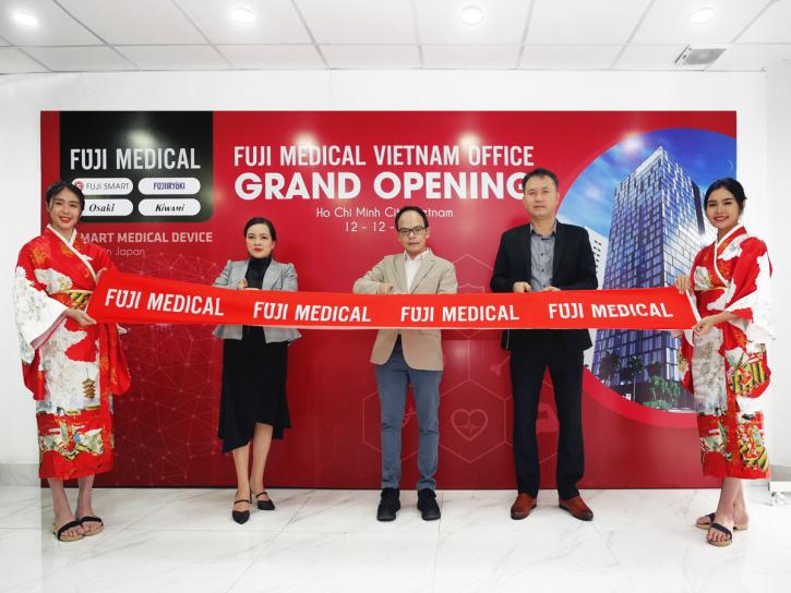 Đại biểu cắt băng khai trương văn phòng đại diện Fuji Medical Việt Nam. Ảnh: Fuji Medical Việt Nam cung cấp