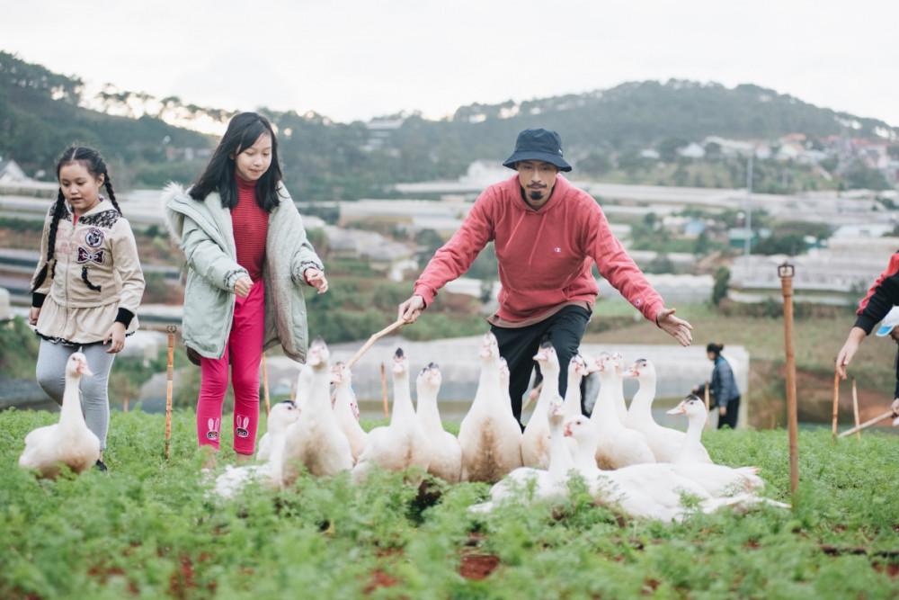 Những hình ảnh đời thường trong MV Đi về nhà của rapper Đen Vâu.