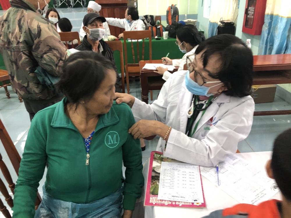 Bác sĩ khám và tư vấn cho chị em vùng bị ảnh hưởng bão lũ