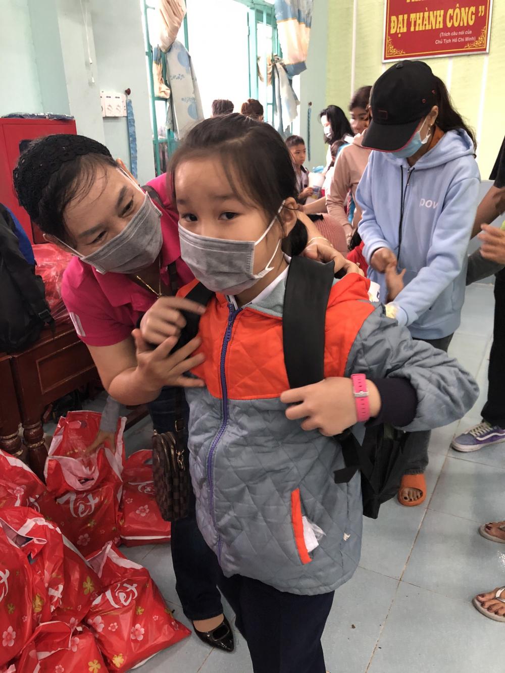 Bà Trần Thị Phương Hoa- Phó Chủ tịch Hội LHPn TPHCM trao tặng cắp sách cho học sinh ở Quảng Ngãi.