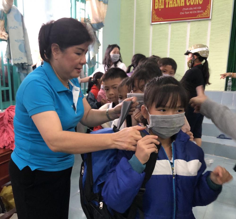 Các em nhỏ vừa có sách vở, sụng cụ học tập, sữa, tiền, vừa có áo ấm mới