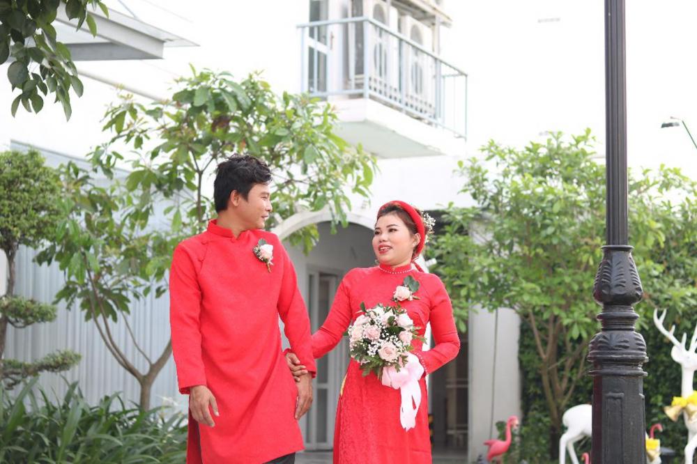 Vợ chồng chị Nguyễn Thị Xinh - anh Nguyễn Tài Vụ sánh bước trong ngày vui