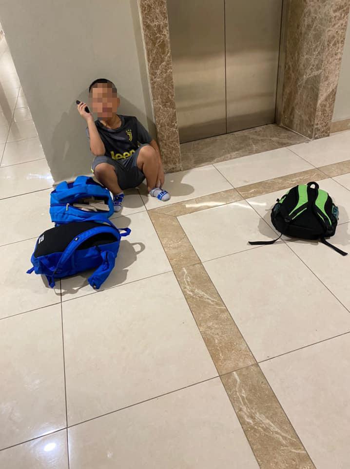 Cậu bé 7 tuổi 'quyết tâm bỏ nhà đi với 49 cuốn truyện, 3 cái balô và quên đi dép khiến mọi người. bật cười. Ảnh từ Facebook
