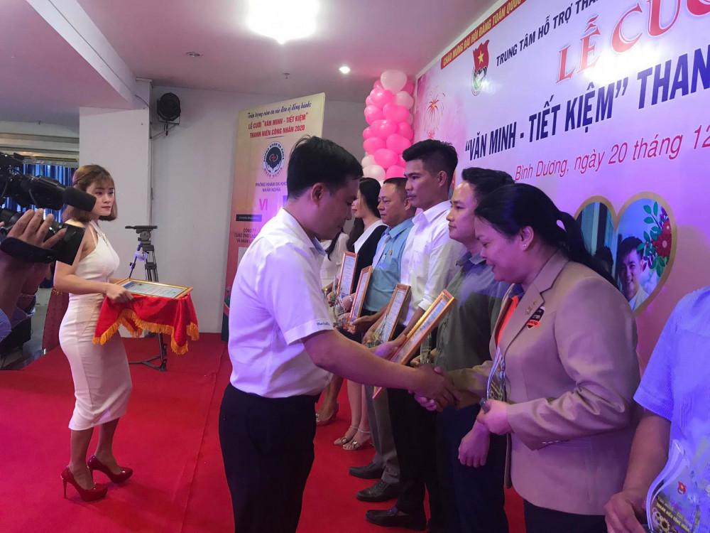 Ông Đỗ Văn Phùng, Giám đốc Trung tâm tặng kỉ niệm cho các đơn vị tài trợ