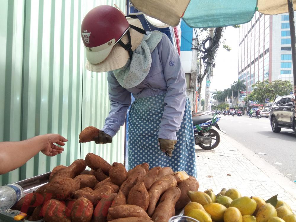 Người mua củ khoai sâm ở đường Cách Mạng Tháng Tám