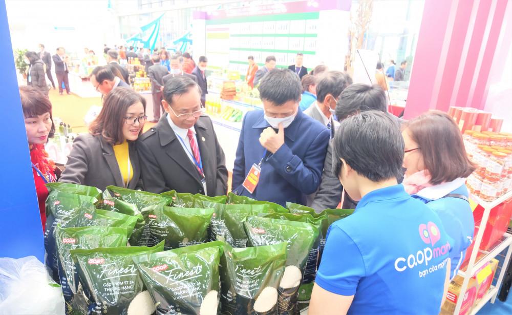 Đại biểu tham quan các sản phẩm và dịch vụ trưng bày tại gian hàng Saigon Co.op. Ảnh: Saigon Co.op