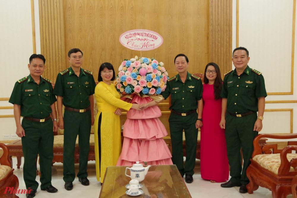 Bà Trần Thị Huyền Thanh - Phó Chủ tịch Hội LHPN TPHCM làm trưởng đoàn đến thăm và chúc mừng Ngày Thành lập Quân đội nhân dân Việt Nam đến Bộ đội Biên phòng Thành phố