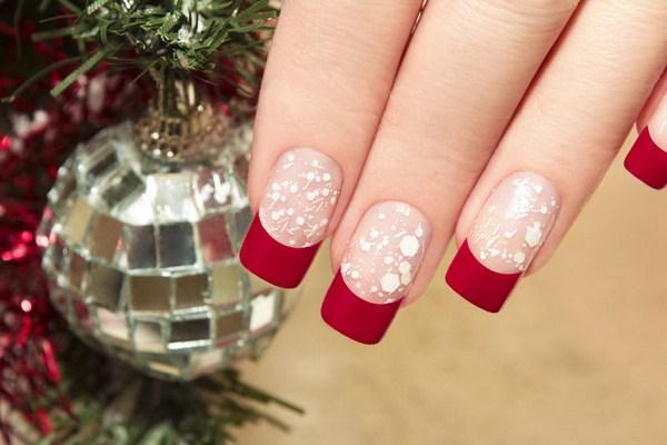 Một lớp sơn bóng hồng phía dưới, một chút viền màu đỏ rượu cùng vài chấm li ti của sơn trăng, thế là các bạn gái đã có một bộ móng Giáng sinh lung linh.