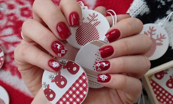Màu đỏ rượu chưa bao giờ lỗi mốt vào dịp Giáng sinh. Nếu chọn nền đỏ này cho tất cả các ngón, tốt hơn hết là cắt móng tay ngắn, bầu mà đừng để quá dài hay móng nhọn. Dĩ nhiên, một vài chấm phá màu trắng hoặc xanh sẽ khiến bộ móng trở nên sinh động hơn.